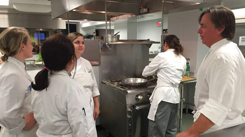 CQ9电子游戏 culinary nutrition interns working with John Besh at a Tulane fundraiser.