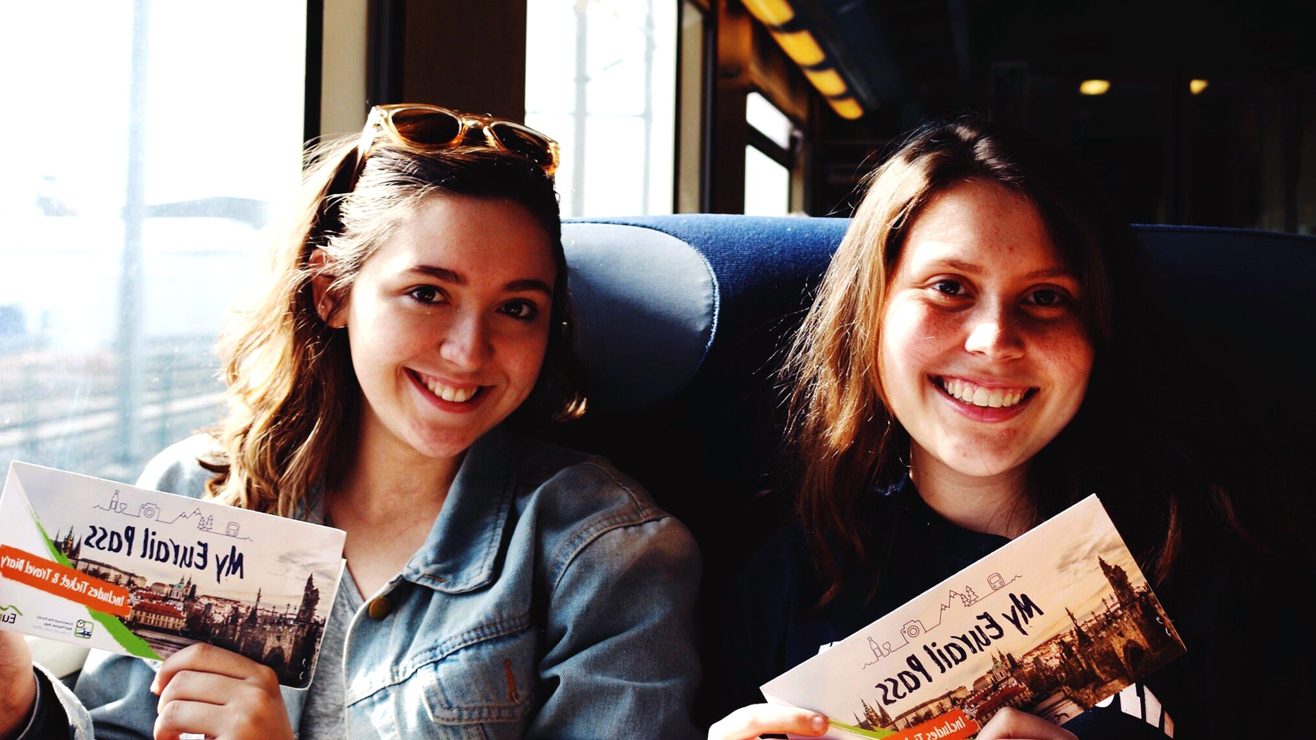 CQ9电子游戏 普罗维登斯 student katelyn colantonio (right) on her whirlwind Eurail adventure