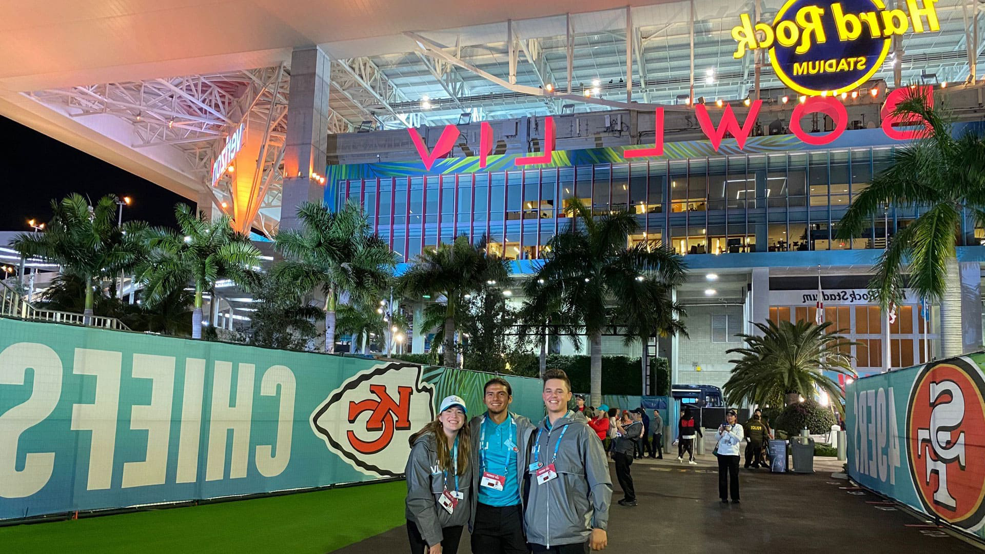 CQ9电子游戏 SEEM volunteers at the entrance to Super Bowl LIV